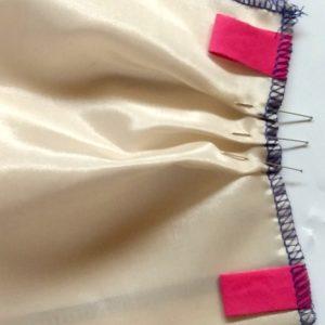 Epingler les plis en suivant les repères des 2 côtés sur les 2 pièces.